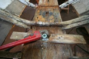 Unscrewing keel bolt